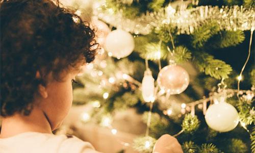 4 ting man skal gøre når julen skal fejres i hjemmet Lad børnene hjælpe med at pynte op - 4 ting man skal gøre, når julen skal fejres i hjemmet