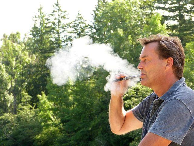 man in gray crew neck t shirt smoking 640x480 - Er du nybegynder i forhold til e-cigaretter?