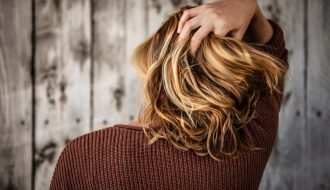 tim mossholder SxPISzSxJrQ unsplash 330x190 - Style dit hår med en lækker voks